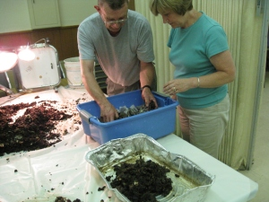 Master Composter, Charlie Tefft helps participants create a worm bin.