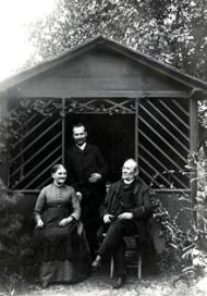 Rudolf,_Leopold_and_Caroline_Blaschka_in_garden.tif